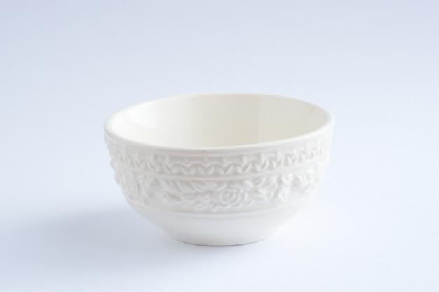 Um copo branco colocado no fundo branco