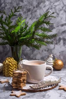 Um copo branco com chocolate quente com marshmallow