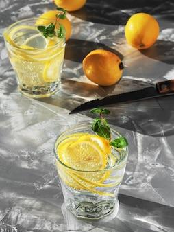 Um copo com bebida de limonada com limão e hortelã