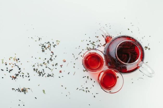 Um, copo, com, chá, e, bule, levantar, ligado, tabela, vista superior