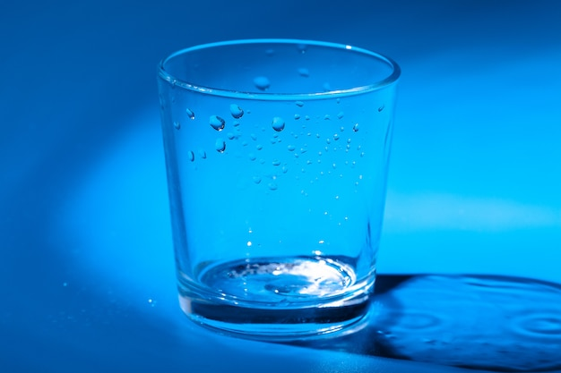Um copo com gotas de água