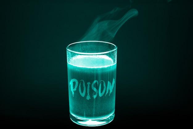 Um copo com o veneno de inscrição na luz de raio x um copo de líquido quente sujo
