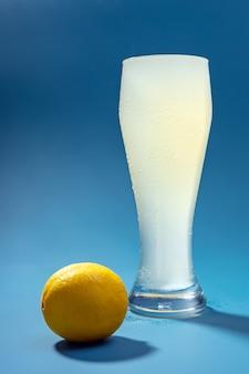Um copo de água com gás com limão