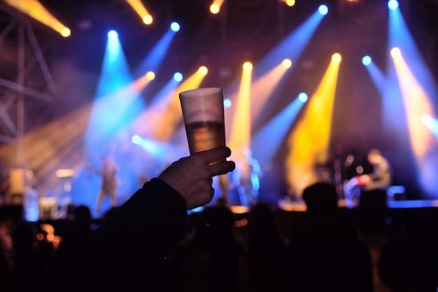 Um copo de álcool em um concerto de música ao vivo