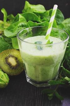 Um copo de batido com verduras e espinafre