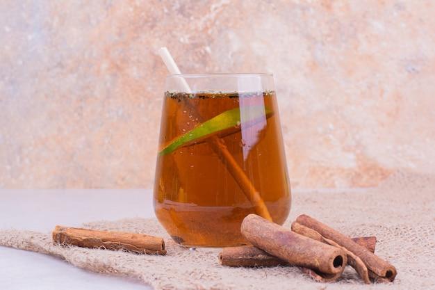 Um copo de bebida com ervas e especiarias