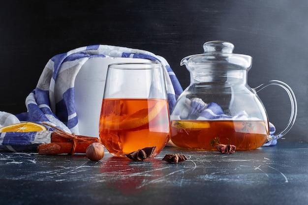 Um copo de bebida de inverno com sabores.