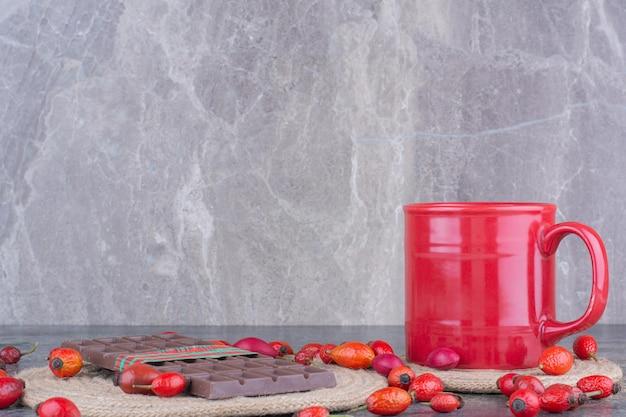 Um copo de bebida vermelha com chocolate