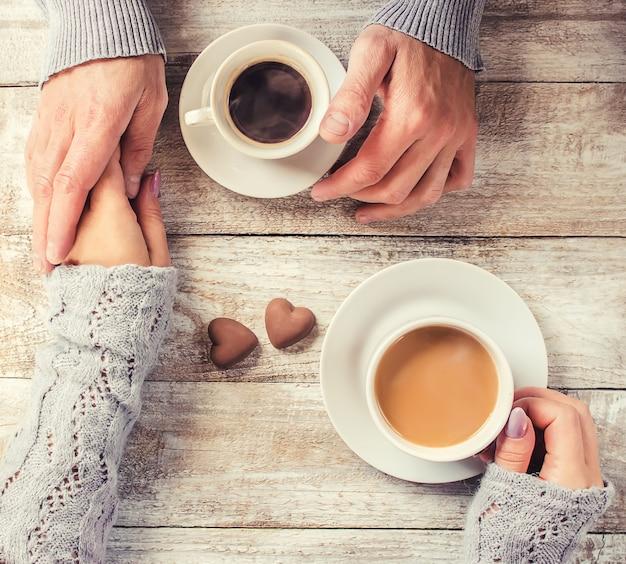 Um copo de café. foco seletivo. casal.