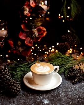 Um copo de cappuccino em cima da mesa