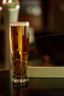 Um copo de cerveja à noite