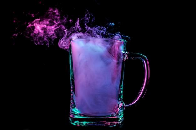 Um copo de cerveja de vidro transparente preenchido com uma peruca