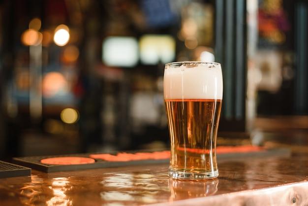 Um copo de cerveja em um bar popular