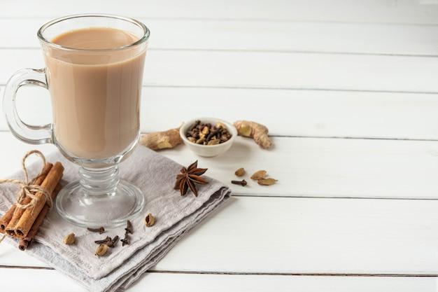 Um copo de chá indiano masala quente feito com especiarias aromáticas e leite