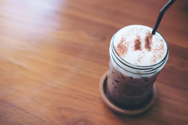 Um copo de chocolate gelado