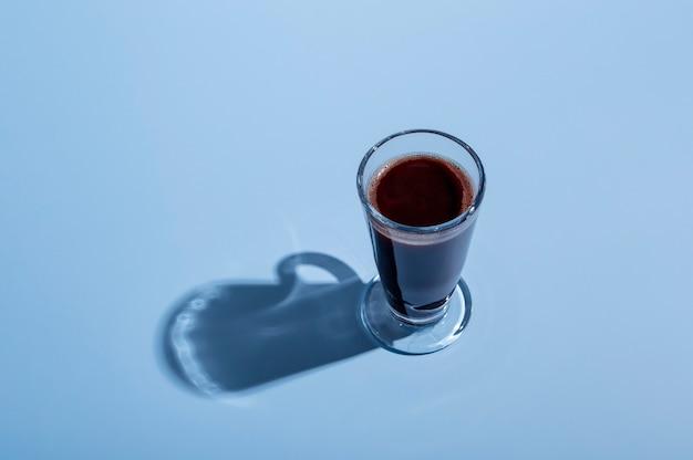 Um copo de chocolate quente em um fundo colorido. dia do chocolate. dia mundial do chocolate.