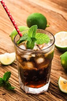 Um copo de coca-cola de limão