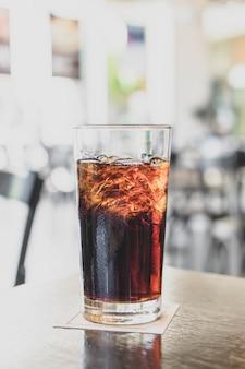 Um copo de coca-cola no restaurante