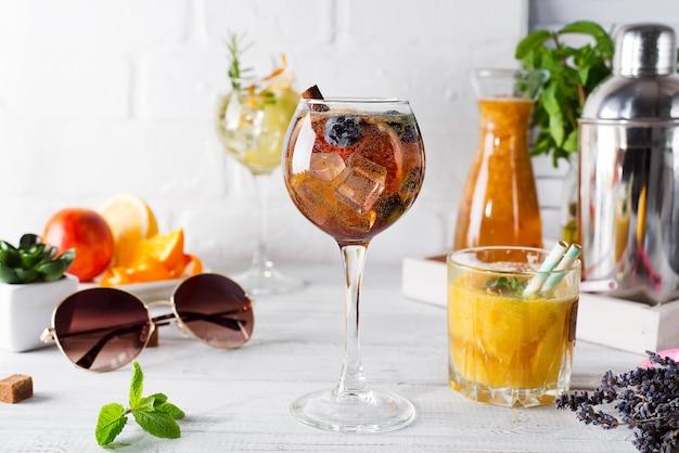 Um copo de coquetel com canela, frutas e açúcar mascavo e um copo