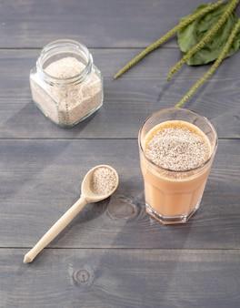 Um copo de coquetel de frutas e leite de coco com psyllium