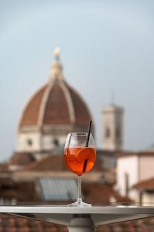 Um copo de coquetel italiano