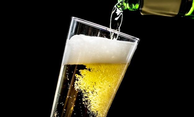 Um copo de fotografia macro de cerveja gelada