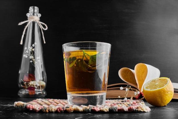 Um copo de glintwine com frutas e especiarias.
