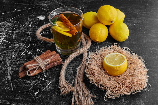 Um copo de glintwine com limão.