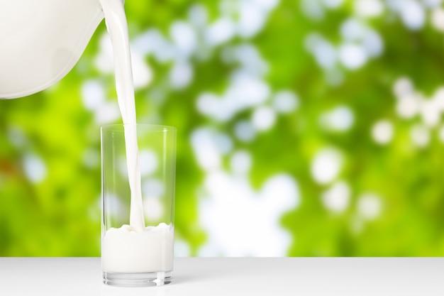 Um copo de leite no exterior natural