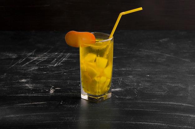 Um copo de limonada isolado em um fundo preto