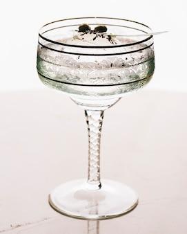 Um copo de martini em fundo branco.