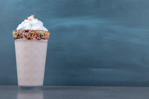 Um copo de milkshake doce com chantilly