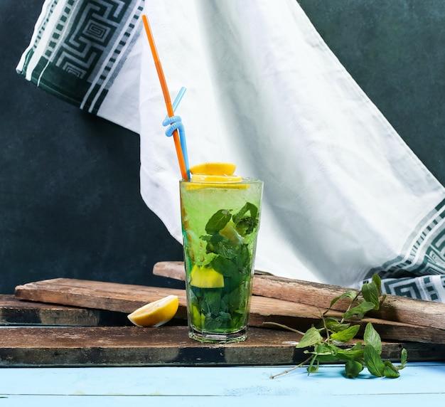 Um copo de mojito verde com limão.