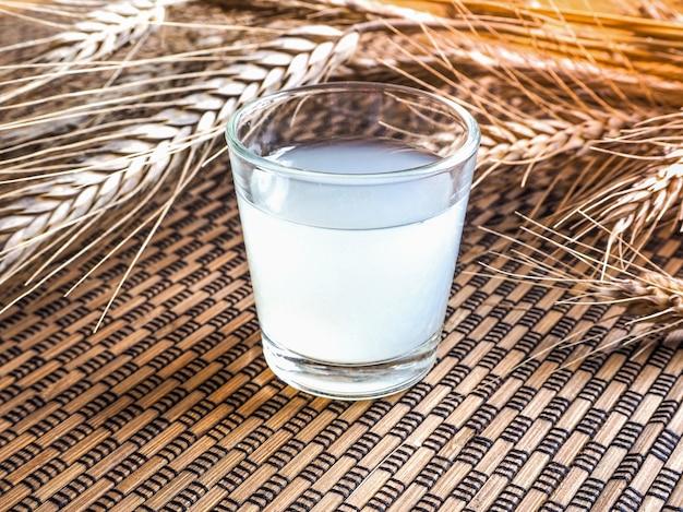 Um copo de saquê japonês sobre uma superfície de bambu. vintage.