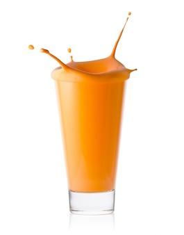Um copo de suco cítrico ou de cenoura ou iogurte com salpicos
