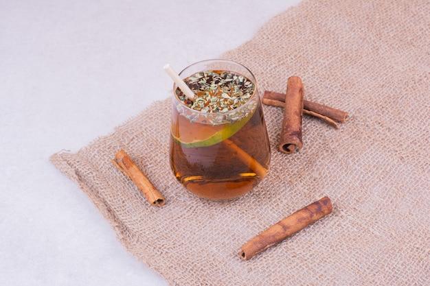 Um copo de suco com ervas e especiarias