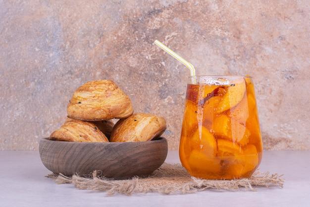 Um copo de suco com pedaços de frutas e gogals caucasianos