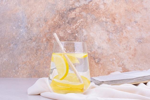 Um copo de suco com rodelas de limão