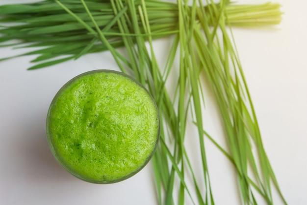 Um copo de suco de grama de grama de trigo, com fresco
