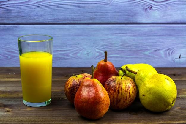 Um copo de suco de laranja espremido na hora, peras doces e maçãs