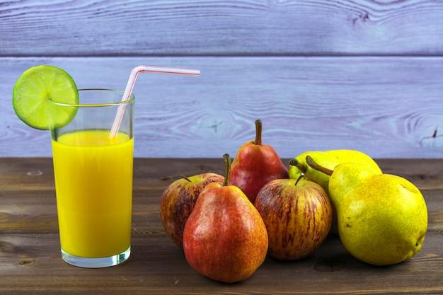 Um copo de suco de laranja espremido na hora, pêras e maçãs