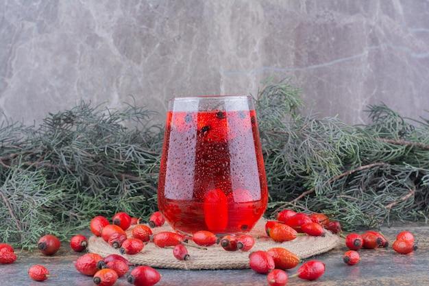 Um copo de suco vermelho em mármore