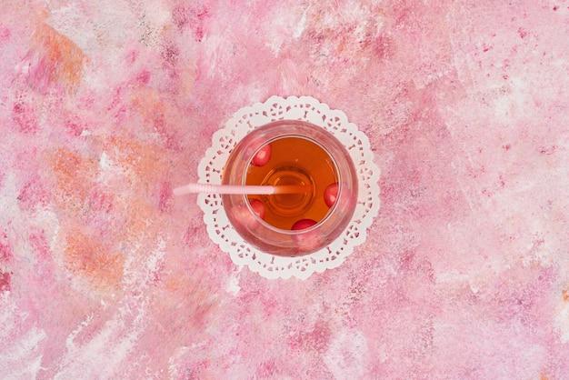 Um copo de suco vermelho.
