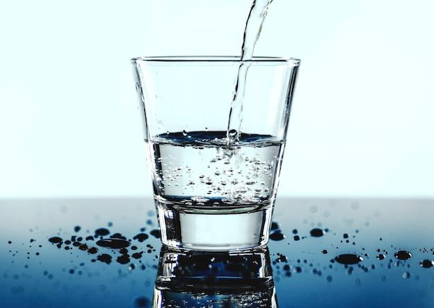 Um copo de tiro macro de água