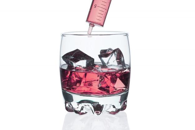 Um copo de uísque com cubos de gelo em branco.