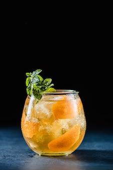 Um copo de uísque escocês com suco de laranja