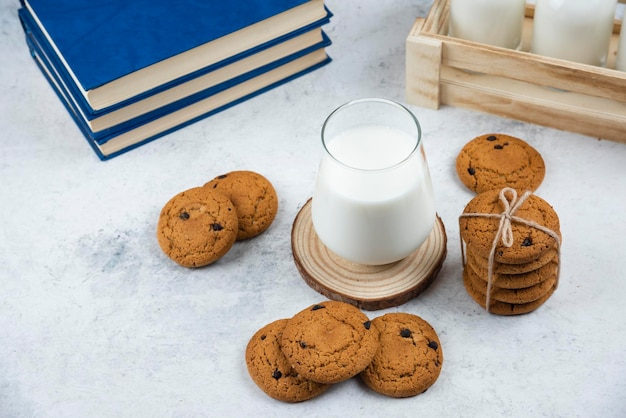 Um copo de vidro com biscoitos de chocolate em uma mesa de madeira.