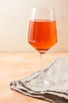 Um copo de vinho cheio de bebida de cor laranja