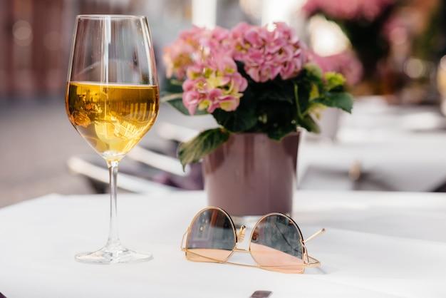 Um copo de vinho na mesa de uma bela cafeteria no centro da europa. descansar