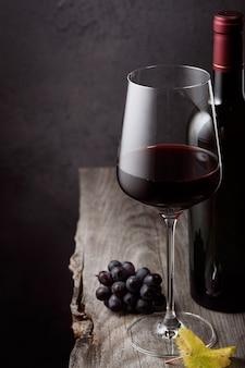 Um copo de vinho tinto close-up em uma mesa de madeira velha
